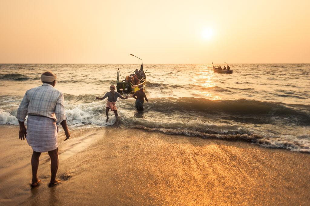 Pescadores en la hora dorada